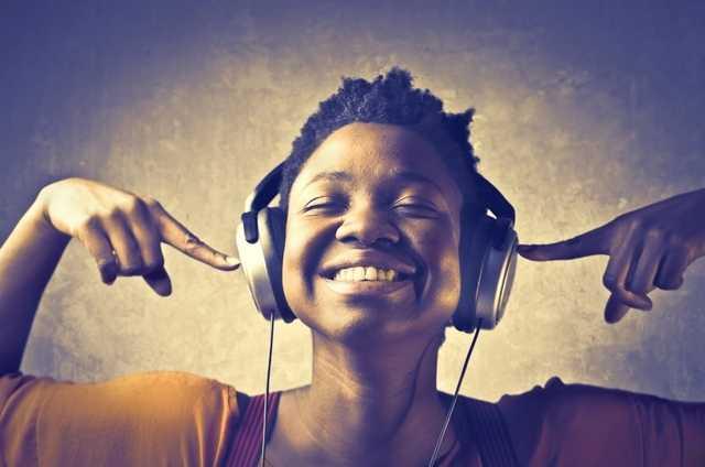 Muzica dată prea tare în căști afectează iremediabil auzul