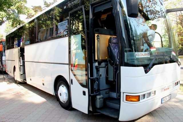 Teatrele M. Eminescu și B.P.  Hașdeu au primit în dar câte un autobuz