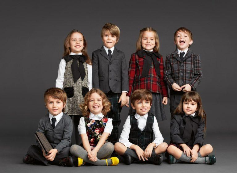 Uniformele școlare sunt din nou la modă