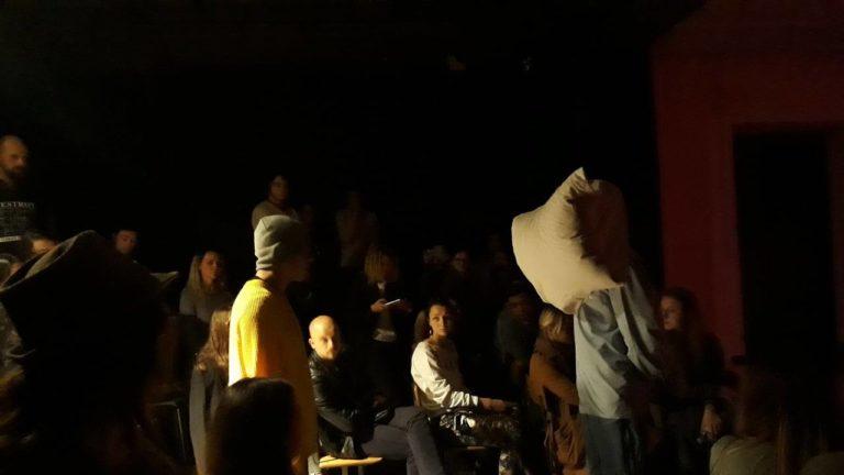 """""""Omul Pernă"""" în vizită la Academia de Muzică Teatru şi Arte Plastice"""