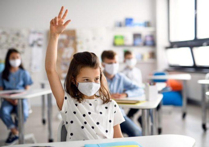 Revin în clase elevii din clasele primare și cei din clasele absovente